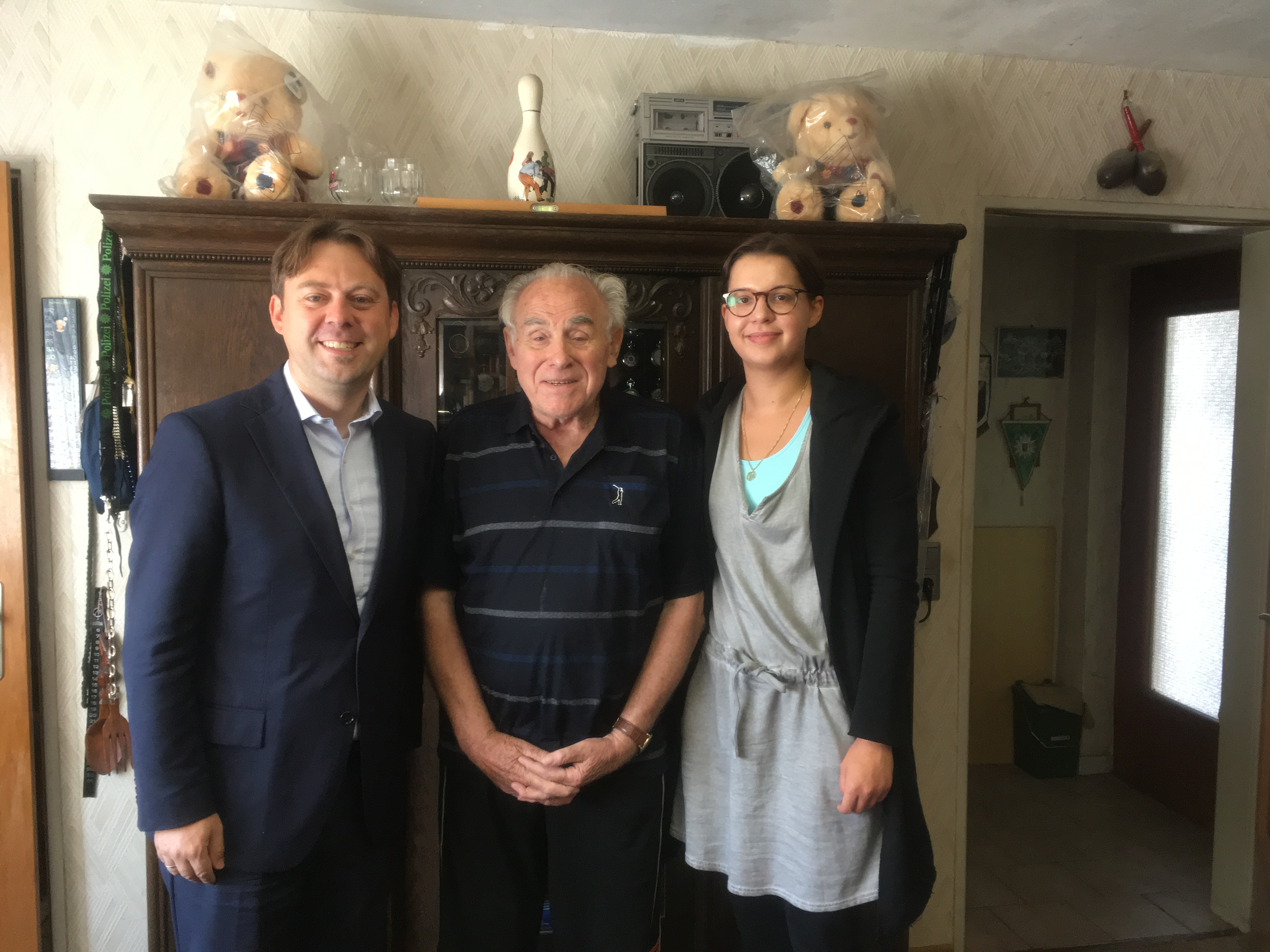Dr. Jens Zimmermann (rechts) ehrt Heinrich Beckmann (Mitte) zusammen mit Anna Wellbrock (links) für 70 Jahre SPD-Mitgliedschaft.