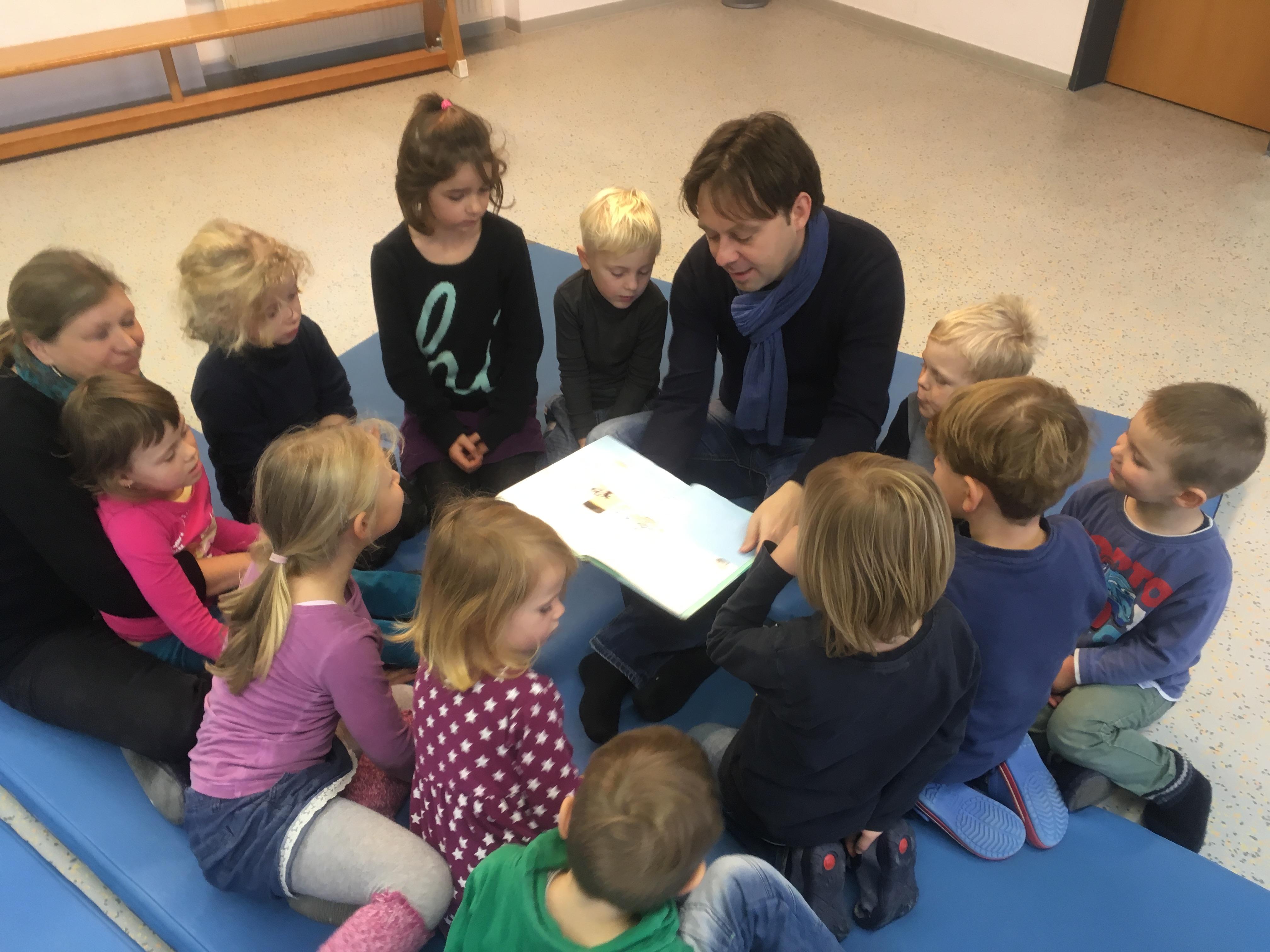 """Jens Zimmermann beim Vorlesetag 2016 in der Kindertagesstätte """"Haus der Kinder"""" in Groß-Umstadt"""